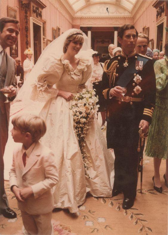 7093a7f63f78 ... acontecia do casamento real de Lady Dianna e Prince Charles, na  Grã-Bretanha. Um casamento entre um rei e uma rainha que, dentro do mundo  da moda, ...